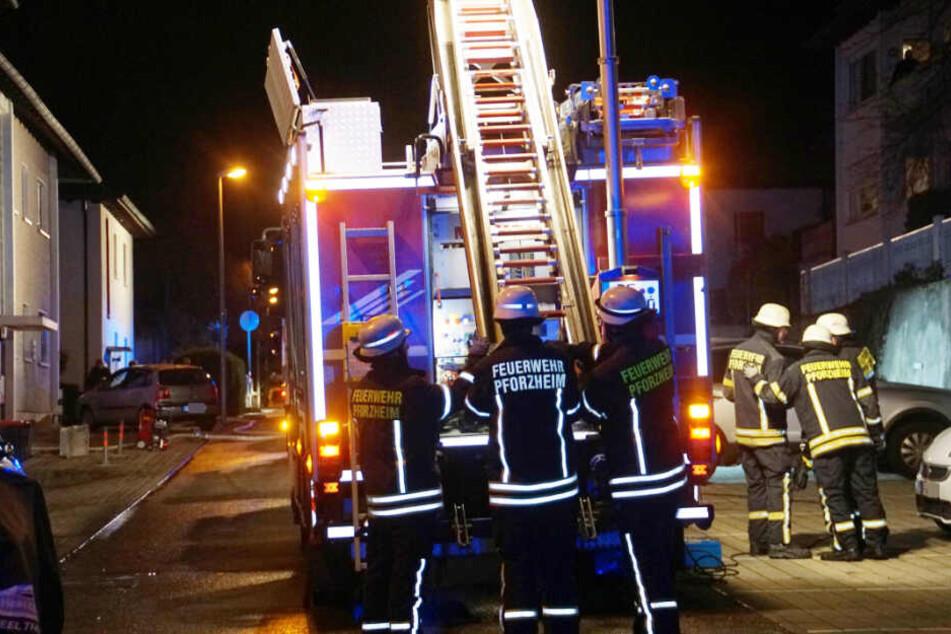 Feuerwehrleute mit Drehleiter am Einsatzort.