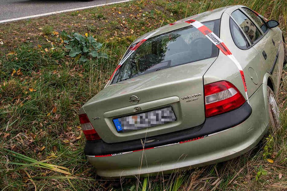 Chemnitz: Mysteriöser Unfall: Wie kommt der Opel in den Straßengraben?