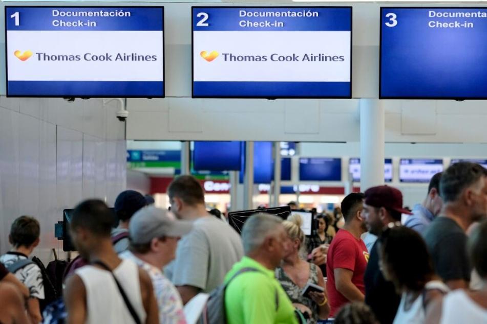 Gestrandete Touristen stehen vor dem Thomas-Cook-Schalter am Flughafen in Mexiko.