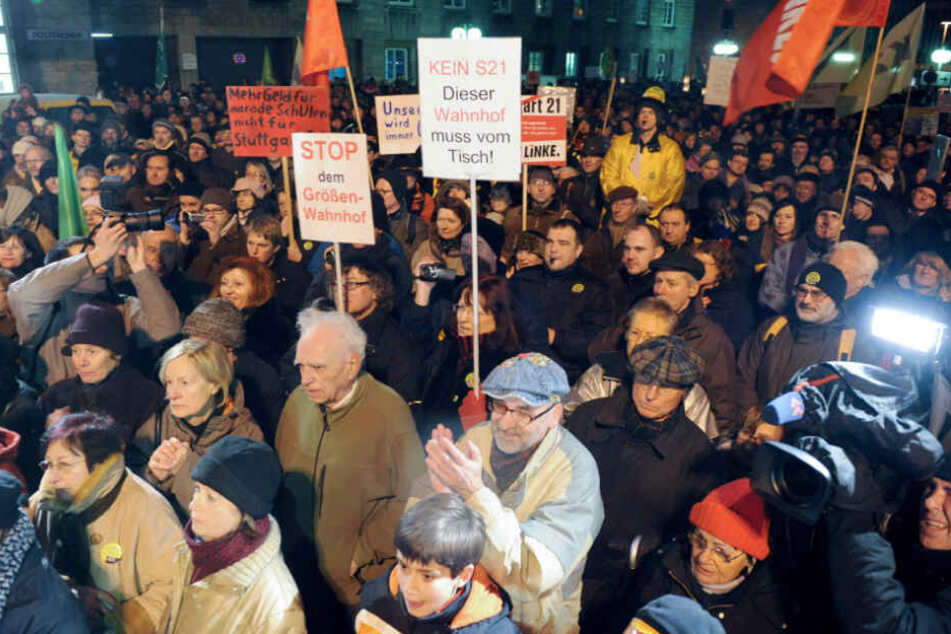 1. Februar 2010: Hunderte Gegner protestieren gegen den Baubeginn von Stuttgart 21.