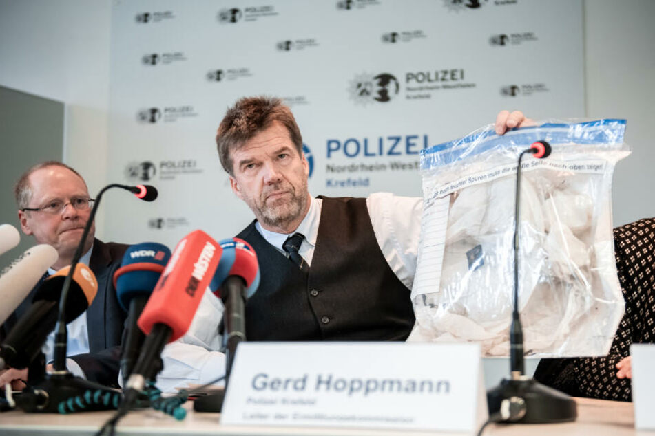 Gerd Hoppmann (r), Leiter der Ermittlungskommission der Polizei Krefeld, hält einen Beutel mit einer Himmelslaterne