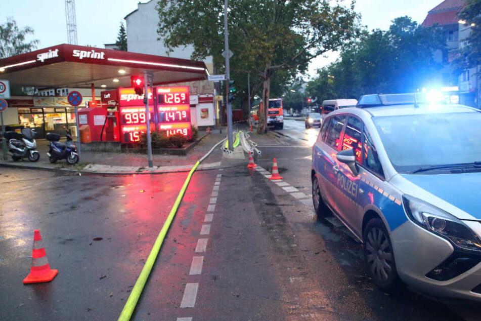 Am Donnerstagabend pumpte die Feuerwehr in der Residenzstraße 76 eine vollgelaufene Baugrube mit einer Spezialpumpe leer. Diese füllte sich bis fast zum Bordstein mit Regenwasser. Schuld soll ein heftiger Regenschauer gewesen sein. Es wurden hundere Meter