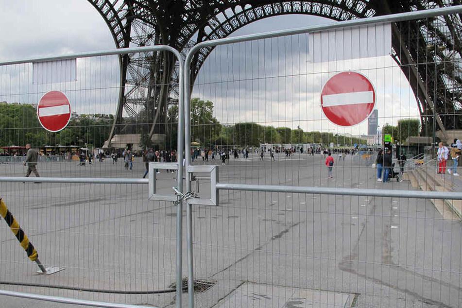 Absperrungen an der Südseite des Eiffelturms in Paris. Die Gitter werden durch eine Glasmauer ersetzt. Die Bauarbeiten haben am 18. September 2017 angefangen.