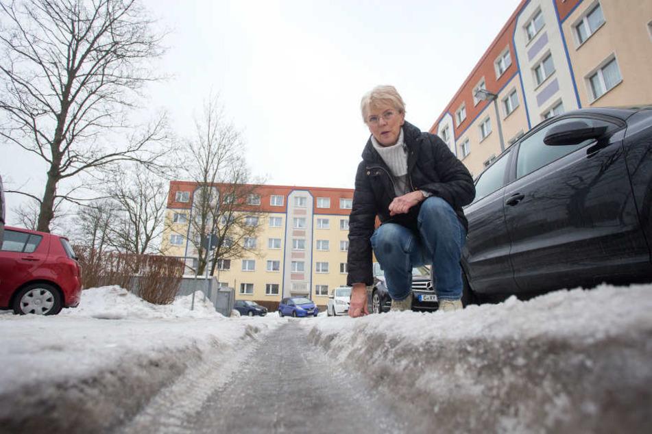 Heinrun Lenk (72) ärgert sich über vereiste Fahrrinnen in der  Zeisigwaldstraße.
