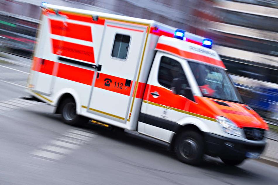 Der Mann (28) musste mit schweren Verletzungen in ein umliegendes Krankenhaus gebracht werden.