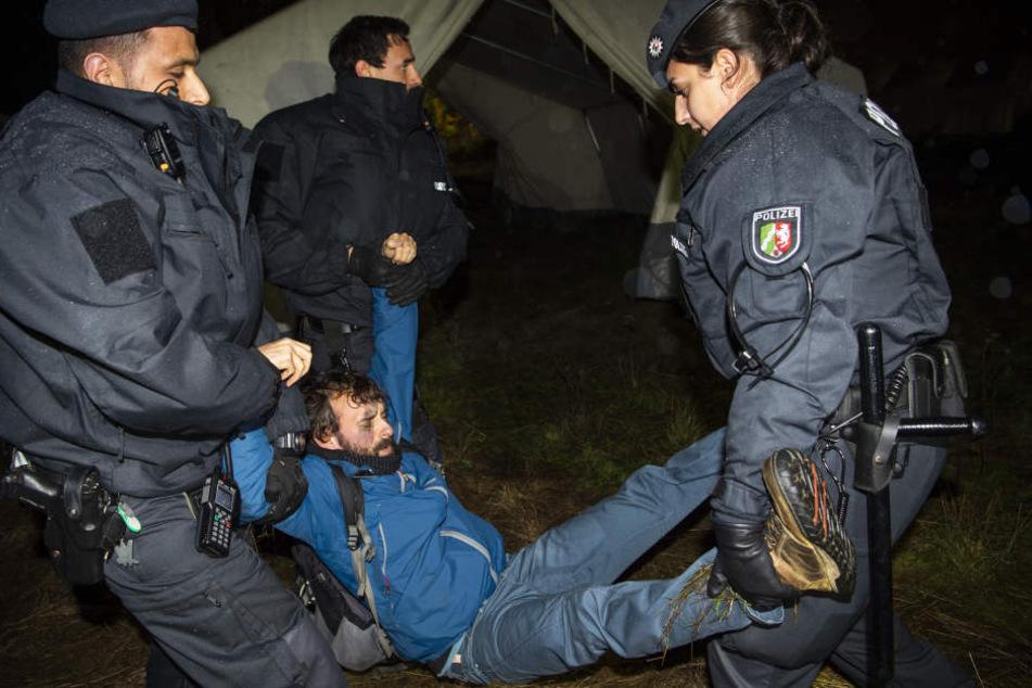 Polizisten räumten einen Aktivisten weg.