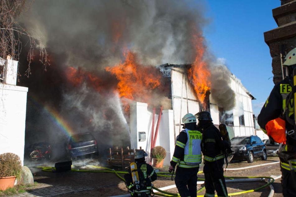 Die Halle stand komplett in Flammen, als die Feuerwehr eintraf.