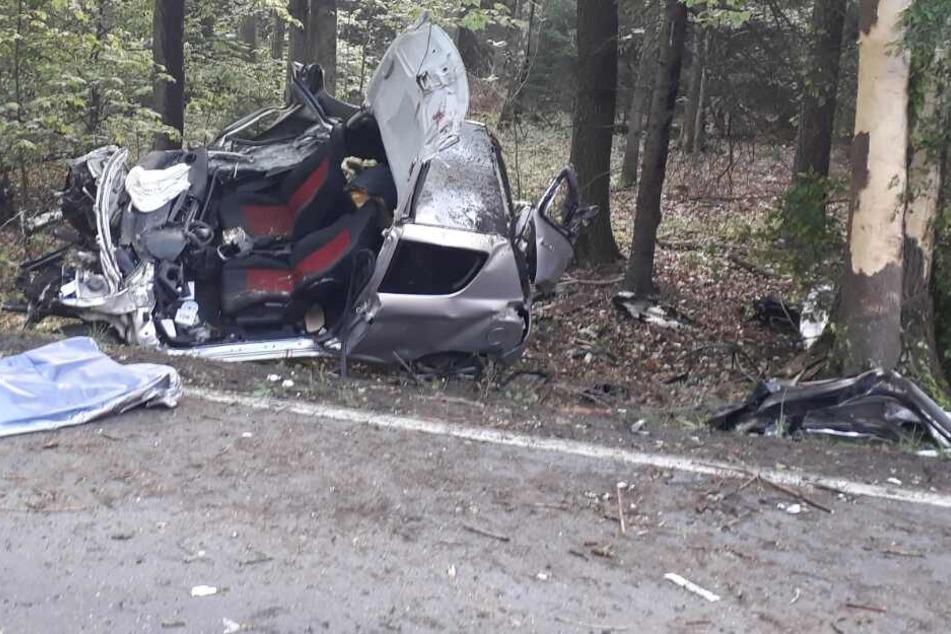 Autofahrer (22) kracht gegen Baum und stirbt
