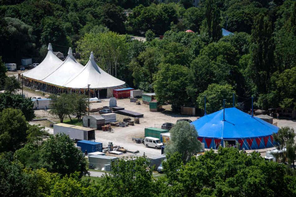 Zelte des Tollwood Sommerfestivals 2019 werden im Olympiapark Süd aufgebaut.