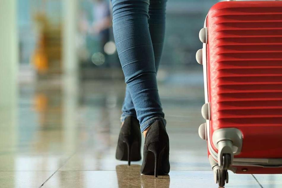 Die Frau verlor auf dem Weg nach Stralsund ihren roten Koffer (Symbobild).