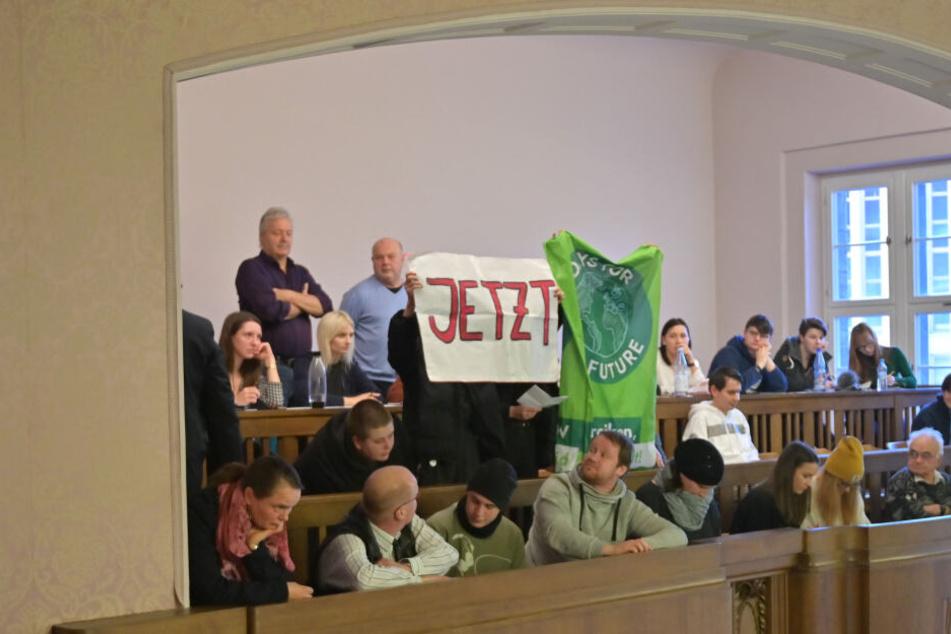 Während der Sitzung demonstrierte Fridays for Future im Chemnitzer Rathaus.
