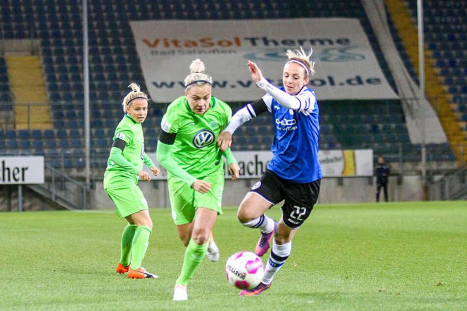 Maxine Birker (re.) kämpft mit Wolfsburgs Zsanett Jakabfi um den Ball.