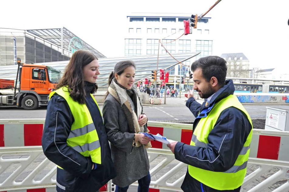 Die CVAG-Berater Jennifer Findeisen (17) und Oday Bahra (23) können Reporterin Isabel Möller (20) sagen, in welche Linie sie einsteigen muss.