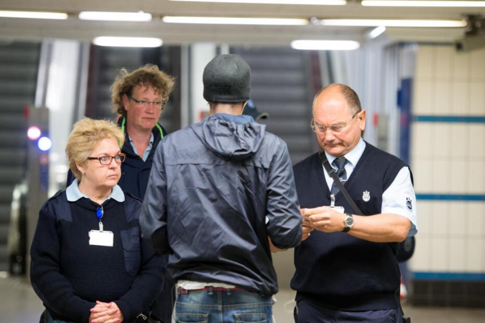Mitarbeiter der Hochbahn kontrollieren, ob ein Mann ein gültiges HVV-Ticket hat. (Archivbild)