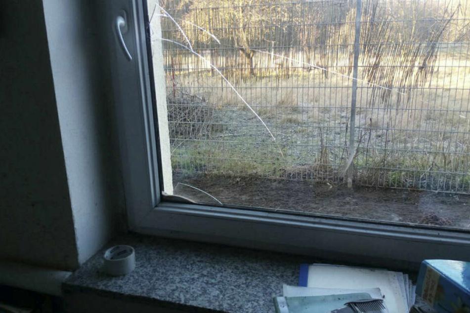 Dieses Fenster schlugen die Einbrecher ein und gelangten so in die Büros.