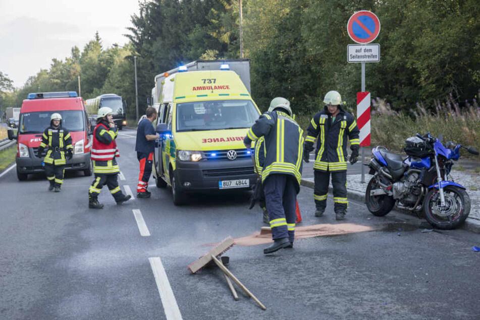 Der Motorradfahrer musste in ein Krankenhaus gebracht werden.