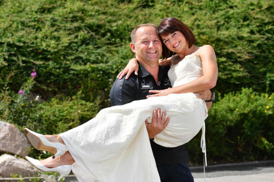 Sportlicher Einsatz zur romantischen Bürgermeisterwette: Mandy Franke (39) kann ihr Hochzeitskleid noch tragen. Andreas Franke (48) ist sein Anzug mittlerweile sogar zu groß - er hat 13 Kilo abgenommen.