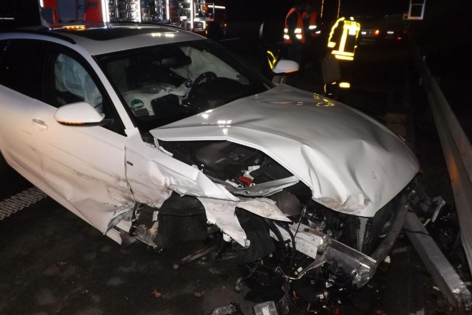 Lkw verursacht Unfall und flüchtet: Zwei Personen schwer verletzt