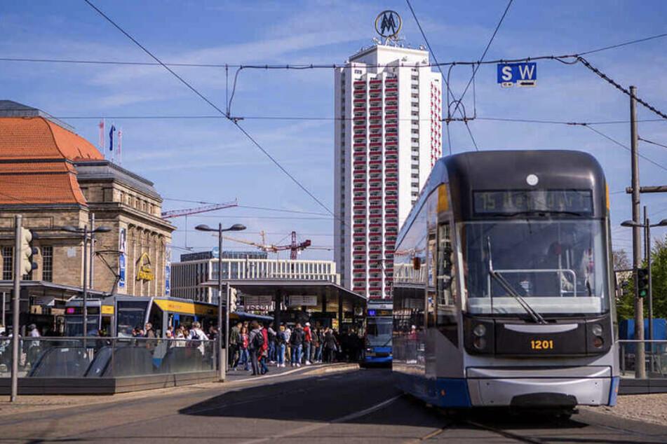 Am Boden der Zentralhaltestelle der LVB am Leipziger Hauptbahnhof hatten Beamten den verletzten Mann entdeckt. (Symbolbild)