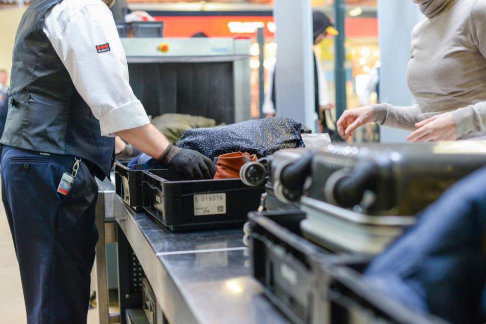 Drei Passagiere können ihr Gepäck bald gleichzeitig in Plastikwannen geben. (Symbolbild)