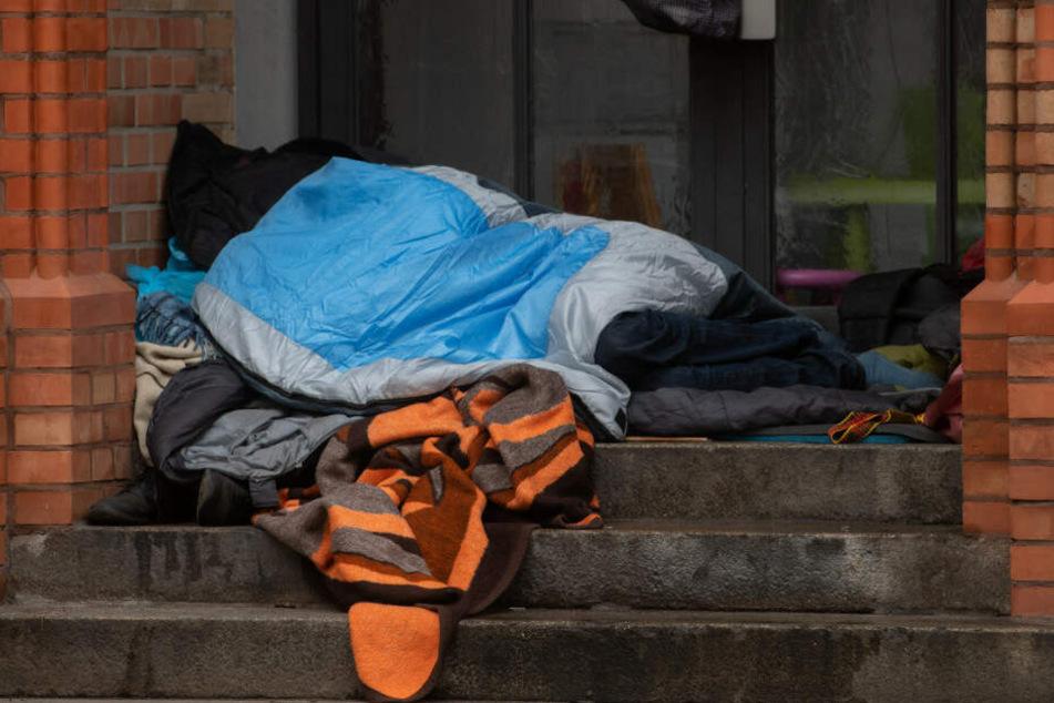 Der Obdachlose hatte im Vorraum einer Bank geschlafen. (Symbolbild)
