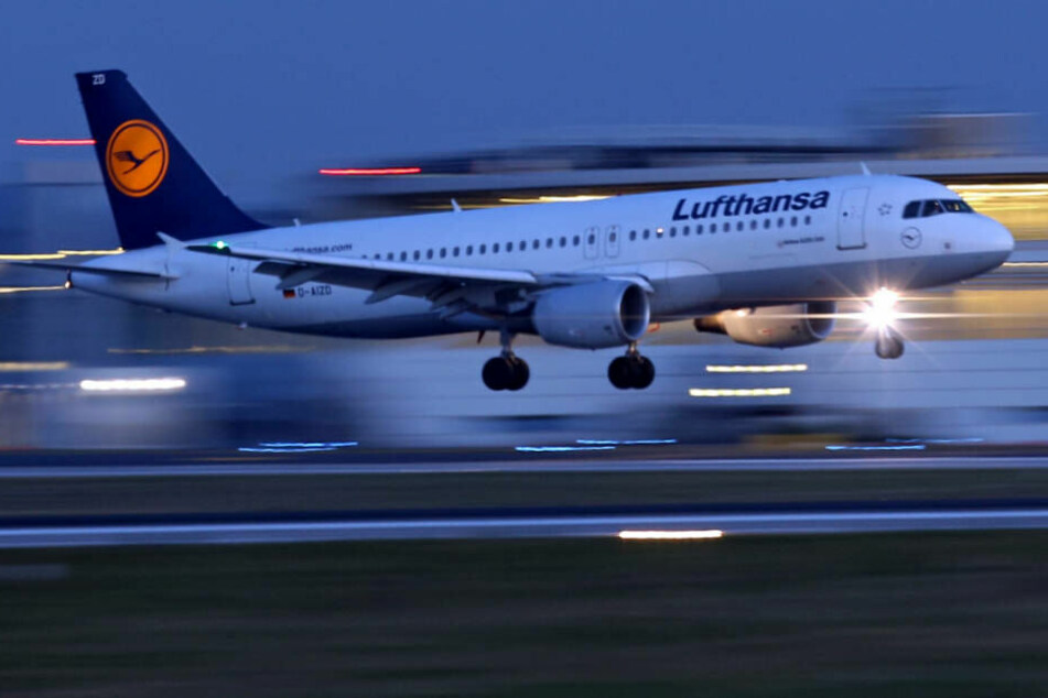 Ein Airbus A320 landet am Flughafen Düsseldorf.