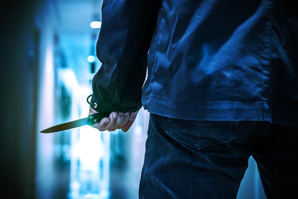Köln-Deutz: Jugendlicher in Herberge mit Messer bedroht, geschlagen und beraubt