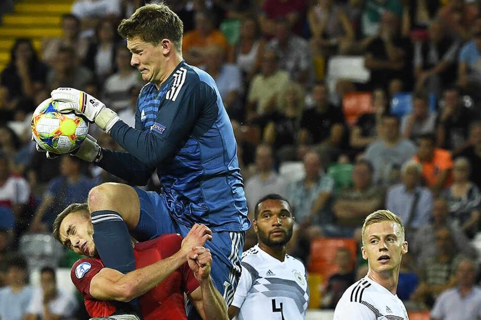 Nach diesem heftigen, aber auch unglücklichen Zusammenprall von Deutschlands Keeper Alexander Nübel und Österreichs Angreifer Sasa Kalajdzic (l.) gab es Elfmeter für Österreich.