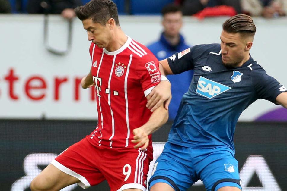 TSG-Hoffenheim Verteidiger Ermin Bicakcic (r.) kritisiert die jüngere Fußball-Generation. (Bild: Zweikampf mit FC Bayern Stürmer Robert Lewandowski)