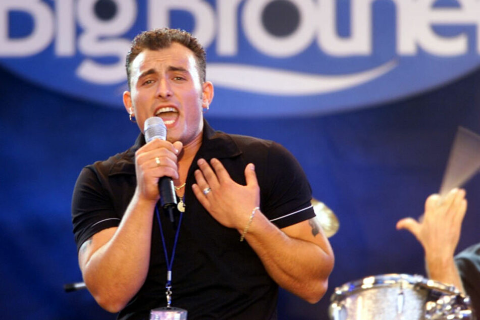 """Zlatko Trpkovski singt am 09.06.2000 in Köln bei einer Party zum Finale der Fernsehshow """"Big Brother"""". (Archivbild)"""