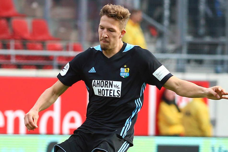 Janik Bachmann bei seinem Kurzeinsatz in Halle an Ball. Es war sein erster Drittliga-Auftritt für den Chemnitzer FC.
