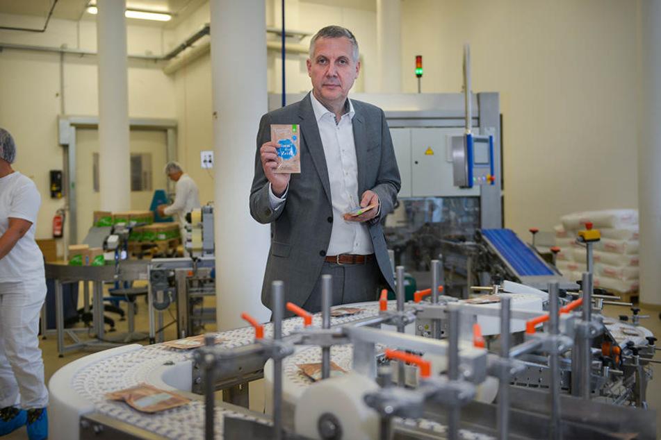 Seine Träume sind Schäume: Li-Il-Geschäftsführer Stephan Freitag (52) an einer Produktionsstrecke im Dresdner Werk.