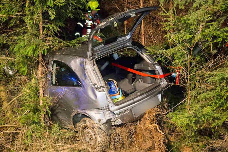 Die Fahrerin musste durch den Kofferraum aus dem Auto geholt werden.