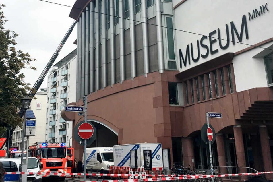 Das Bild zeigt links eine ausgefahrene Drehleiter der Feuerwehr beim Frankfurter MMK.