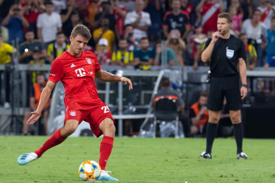Thomas Müller trifft vom Punkt zum 5:0 für den FC Bayern.