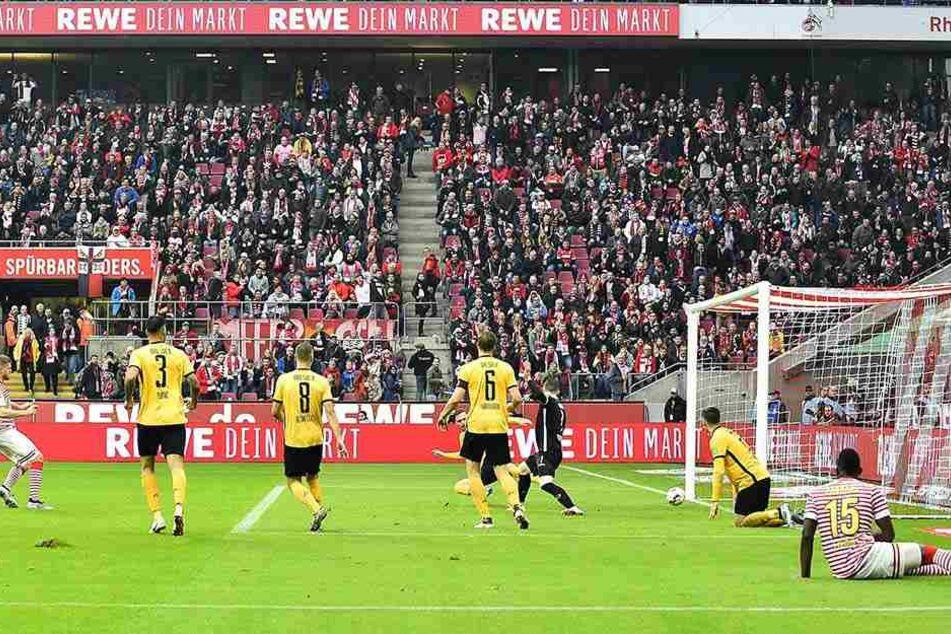Simon Terodde (li.) trifft zum 3:0 für Köln.