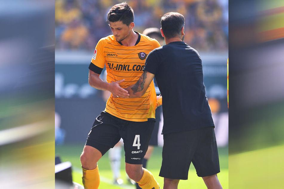 Jannis Nikolaou wird nach seinem Feldverweis vor zwei Wochen von Trainer Cristian Fiel getröstet.