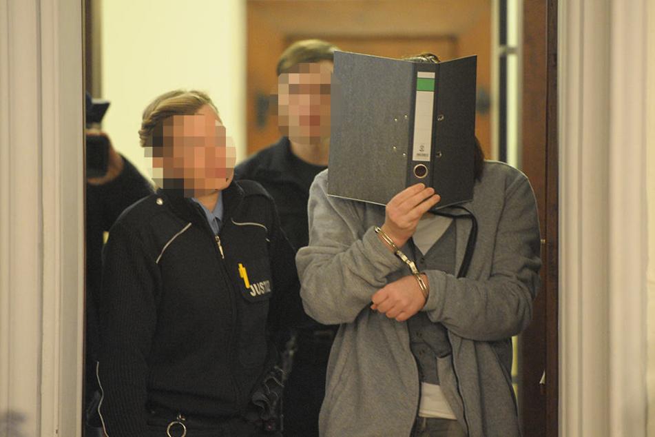 Anja G. (31) verdeckt ihr Gesicht, als sie den Gerichtssaal am Landgericht betritt. Unter Tränen schilderte sie die Vorfälle, die zum Tod ihres fünften Babys führten.