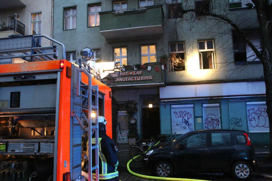 Großeinsatz! Feuer in Neuköllner Mehrfamilienhaus