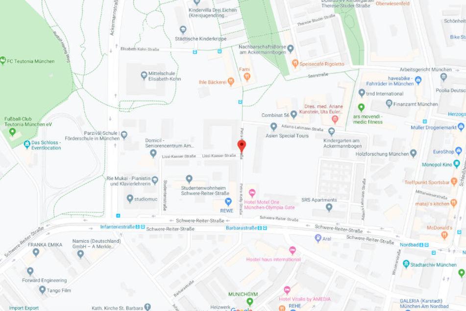 Das kleine Mädchen wurde in einem Hinterhof in der Petra-Kelly-Straße im Münchner Stadtteil Schwabing entdeckt.