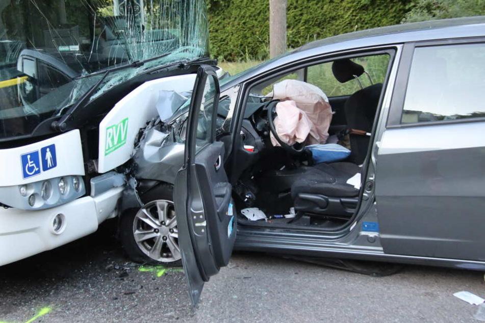 Die Autofahrerin wurde schwer verletzt, der Busfahrer überstand den Unfall unbeschadet.