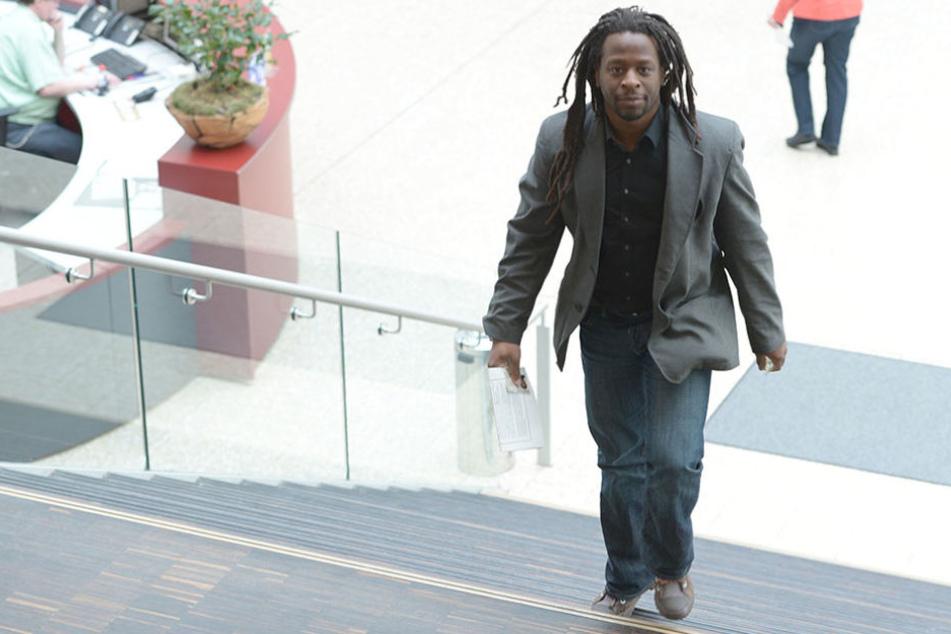 Mola Adebisi (44) soll Schulden beim Finanzamt haben.
