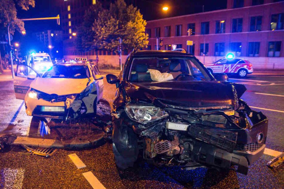 Der Chevrolet knallte auf der Kreuzung mit dem Taxi zusammen.