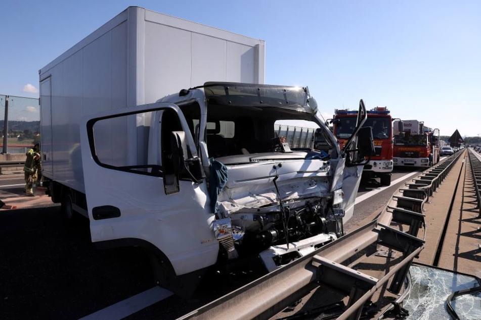 Ein Laster krachte nach dem Zusammenstoß mit einem anderen Fahrzeug in die Leitplanken.