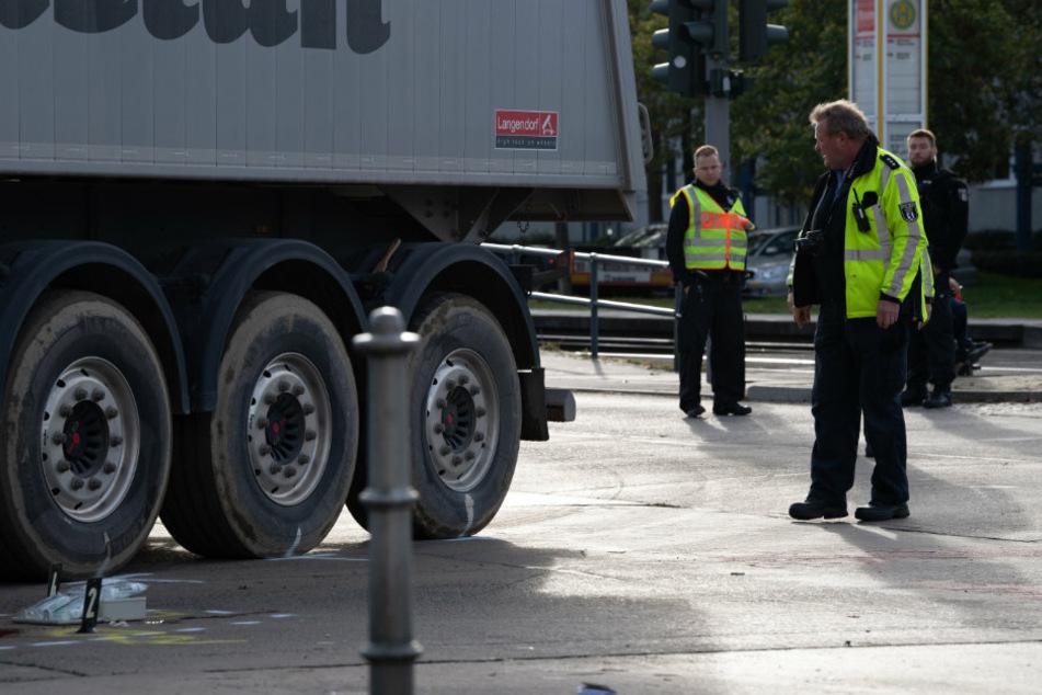 Polizisten untersuchen den Unfallhergang eines Unfalls, zwischen einer Radfahrerin und einem Lkw auf der Zossener Straße in Hellersdorf.