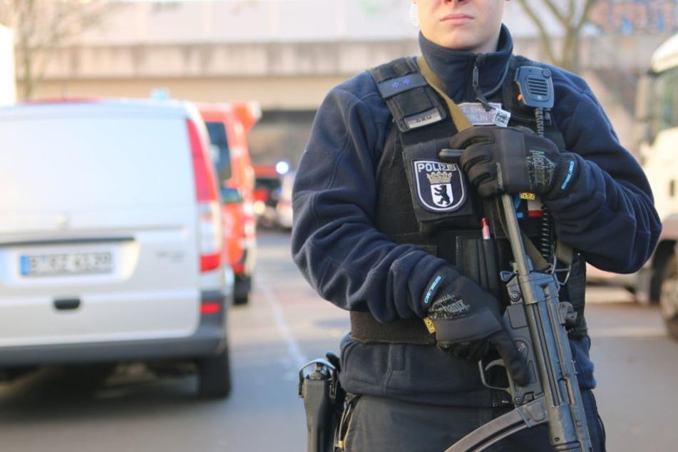 Schwerbewaffnete Polizisten sicherten den Tatort, weil der Täter zunächst stundenlang abgetaucht war.