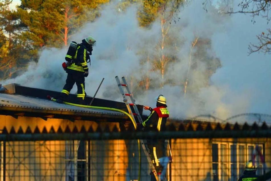Die Feuerwehrleute kämpften lange gegen die Flammen an.