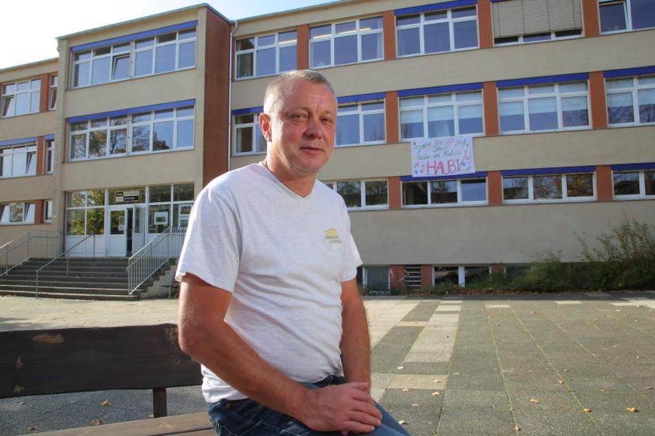 """Frank Haubitz (59, parteilos) vor """"seiner"""" Schule."""