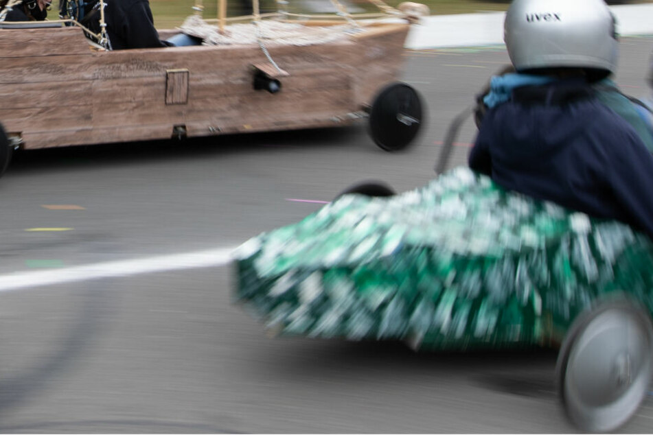 Frau (19) kracht bei Seifenkisten-Rennen gegen Wand und wird schwer verletzt