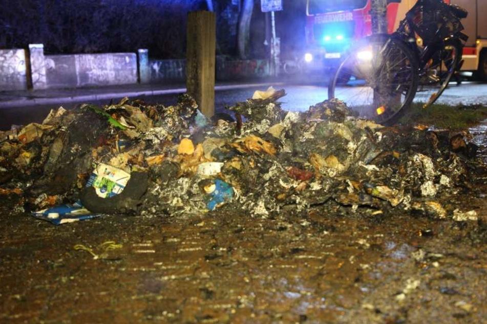 Zwei Mülltonnen brennen in Connewitz, Flammen schlagen auf Auto über